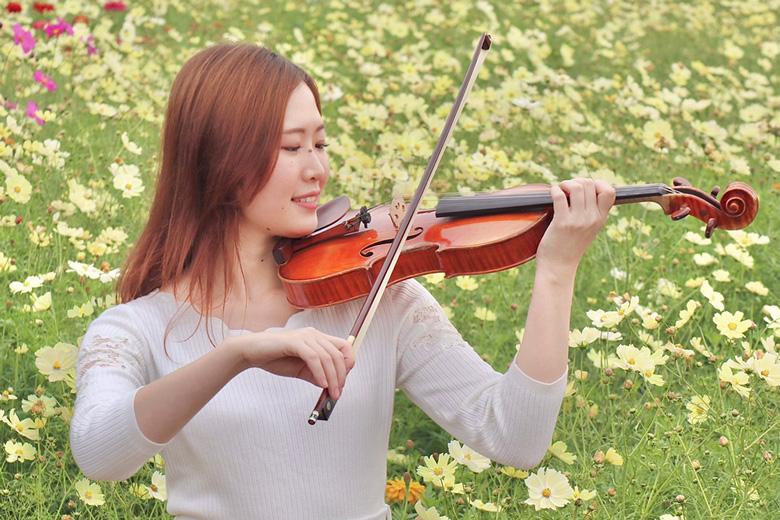 公園でヴァイオリンを弾く講師 小谷泉の写真2