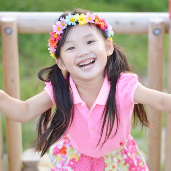 ピンクの洋服を着た女の子の写真