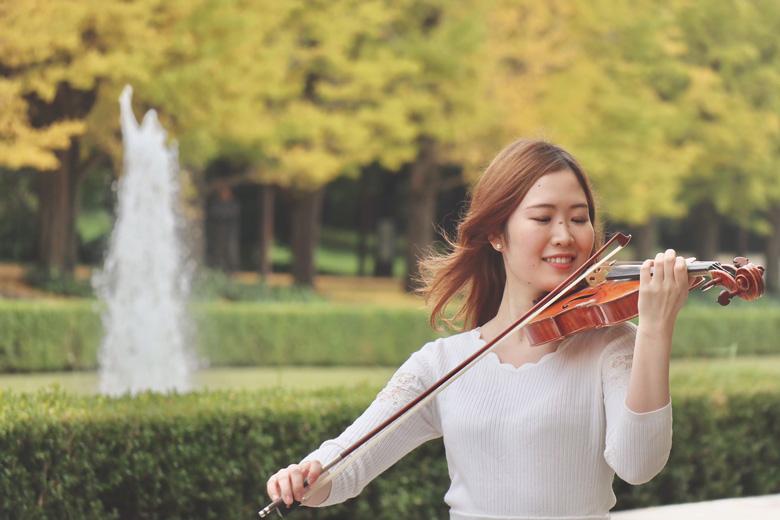 公園でヴァイオリンを弾く講師 小谷泉の写真1